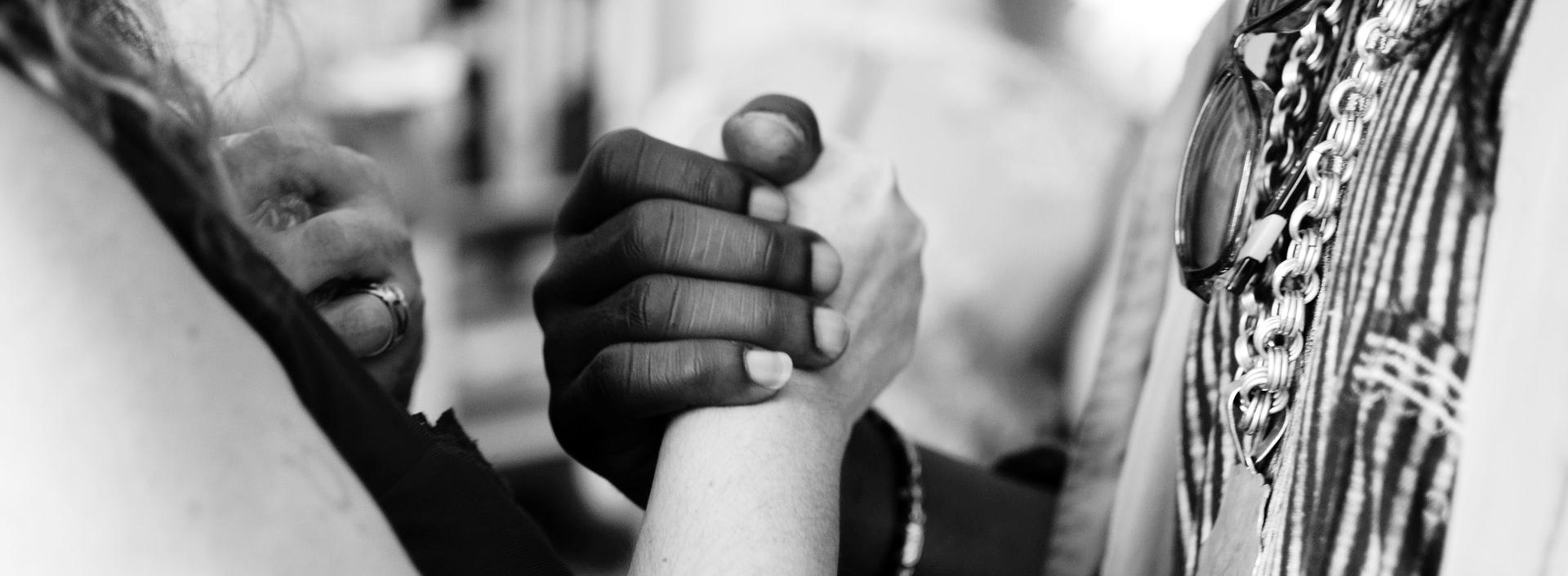 In die Welt von anderen hineinsehen zu können, bringt eine wunderbare Möglichkeit, seine eigene Welt zu erweitern und das gleiche Verständnis und die gleiche Akzeptanz, die man dem anderen entgegenbringt, auch sich selbst zu schenken. Empathie ist schlussendlich auch ein Weg zum Selbstverständnis und zu einer tieferen Selbstliebe und -akzeptanz.
