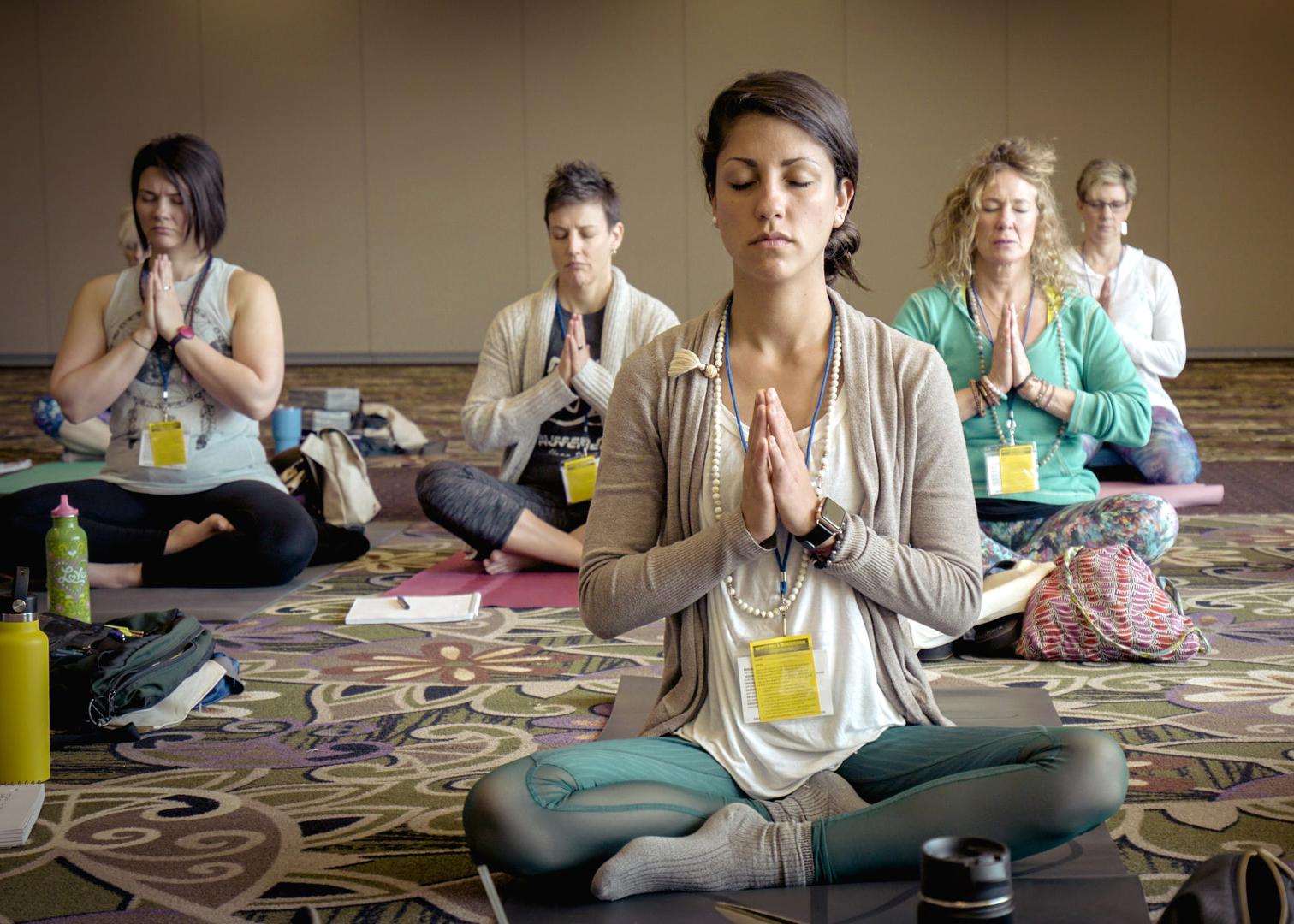 Wenn du dir ein wenig Zeit lässt um in diese kurze Meditation einzusinken, kannst du so in einen Zustand kommen, der entspannt und aufmerksam zugleich ist. Das Gefühl 'nichts tun/verändern zu müssen' kann zu einem Anker in dir selbst werden, welcher sich als Zentriertheit oder ein 'bei dir sein' ausdrückt. Du bist dann achtsam präsent mit allem was ist.